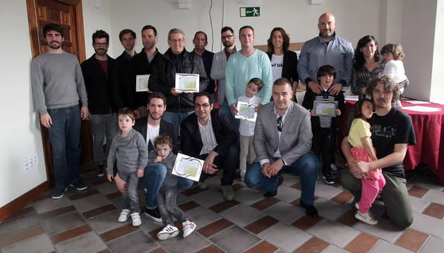 Los premiados en esta edición, con los ediles Daniel López y Félix Zapatero -1º y 2º por la dcha., agachados-.