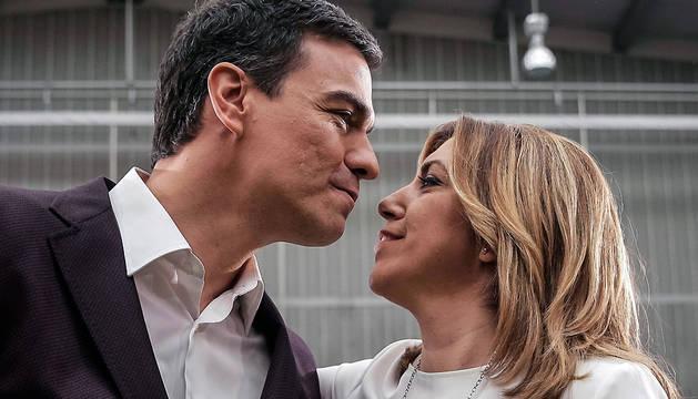 El secretario general del PSOE, Pedro Sánchez, saluda a la presidenta de Andalucía, Susana Díaz, al inicio de su presentación como candidato del partido a la Presidencia del Gobierno.