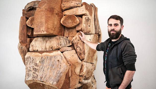 Iontxu San Millán, responsable del Parque-Museo Santxotena, posando ante la gran escultura en madera de 'San Francisco Xabier' del artista baztandarra Xabier Santxotena.