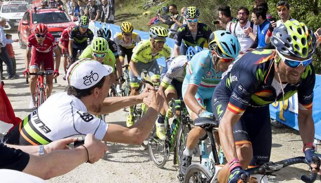 Valverde tira del pelotón en la subida al Alpe de Poti.