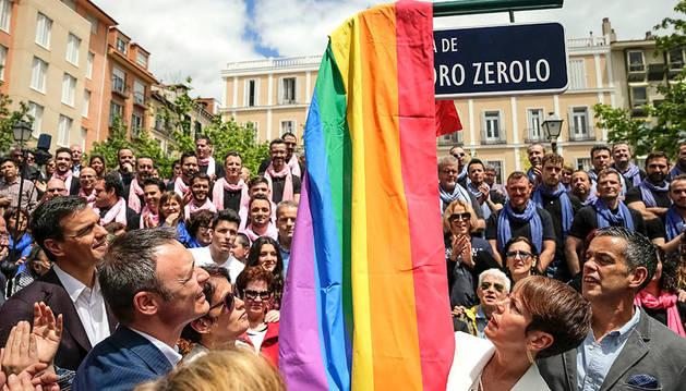 Pedro Sánchez asiste al cambio de nombre de la plaza de Vázquez de Mella por la de Pedro Zerolo.