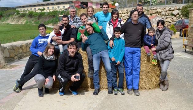 Un grupo de voluntarios de Zubielqui antes de repartir el almuerzo a sus vecinos en el frontón.