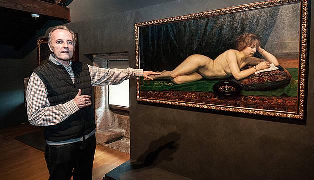 Pello Fernández Oyaregui, explicando su obra preferida de la Colección Ciga de Elizondo, 'Combinación de la ruleta'.