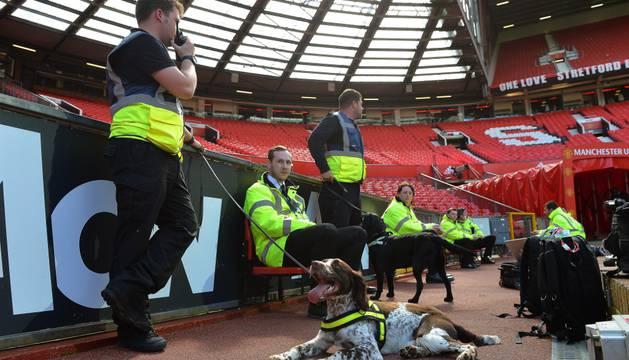 Los perros han rastreado el estadio en busca de paquetes sospechosos.