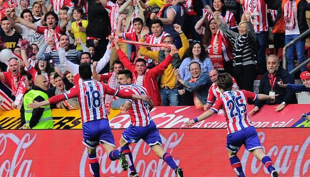Jugadores del Sporting celebran uno de los goles.