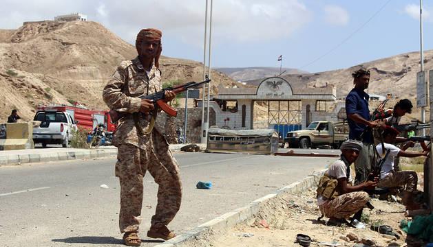 Soldados yemenís hacen guardia tras el atentado de Mukalla.