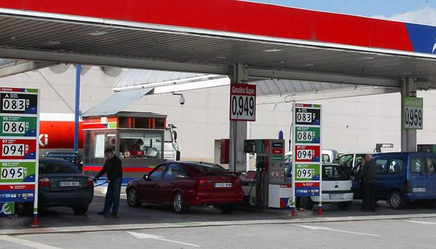 Varios vehículos repostan carburante en la gasolinera del centro comercial Eroski, en Berriozar.