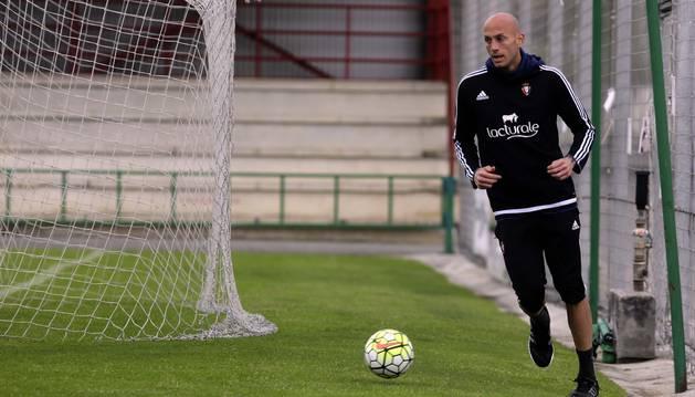 Nauzet Pérez, con un balón, en la sesión de ayer en las instalaciones de Tajonar.