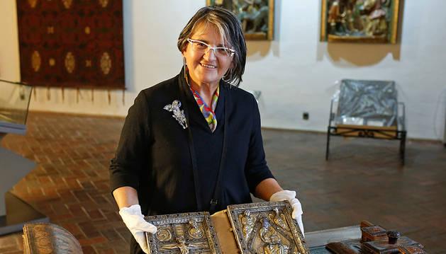 Assunta Recarte muestra las tapas de plata del Evangeliario de Roncesvalles (siglos XII-XIII).