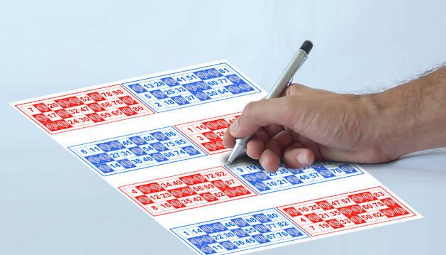 Tachando números de un cartón de Bingo.