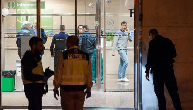 Miembros de la Policia Nacional inspeccionan la entrada del Hospital Universitario de Ourense, tras el tiroteo.