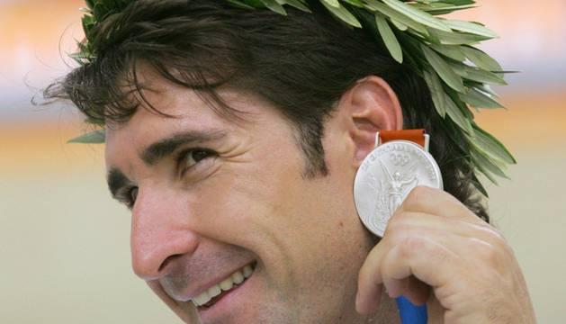 José Antonio Escuredo, con su medalla de plata en Atenas 2004.