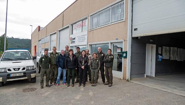 Los guardas forestales de Estella, junto a la consejera Elizalde y otros responsables del departamento en el exterior de la nave que les sirve como sede en la calle Cañada Real de Imaz, en la muga Estella-Ayegui.