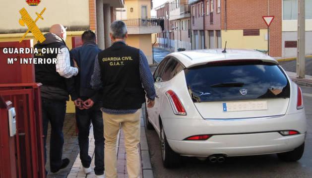 Momento de la detención de uno de los implicados en la venta de vehículos.