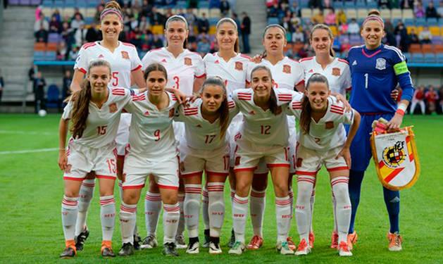Once de España contra Alemania, con María Blanco abajo, en el centro.