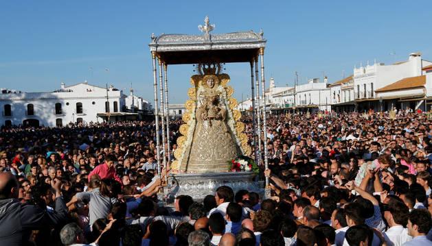 Cientos de romeros acompañan a la Virgen del Rocío.