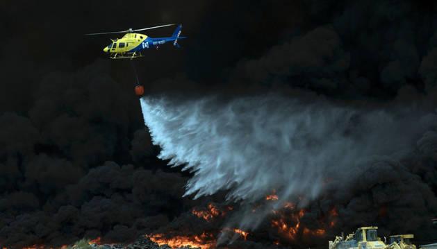 Un helicóptero sobre el vertedero ilegal de neumáticos de Seseña.
