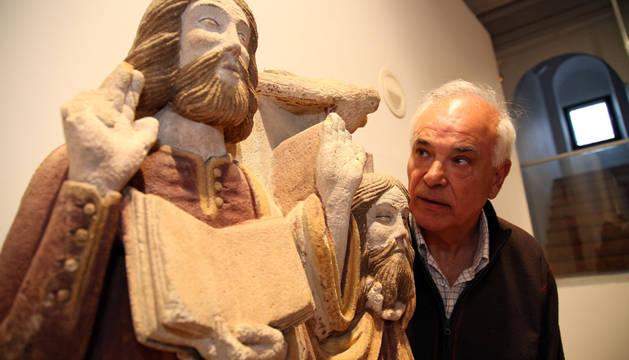 Miguel Ángel Pastor, guía voluntario del Museo Arrese, observa las esculturas de San Celedonio (izq.) y San Emeterio.