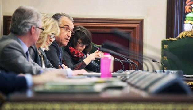 Enrique Maya interviene, ayer. Junto a él, Maider Beloki, a la derecha, y María Caballero y Fernando Villanueva, a la izquierda.