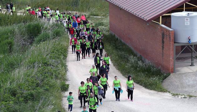 Participantes caminan por la zona de la huerta de Ribaforada.