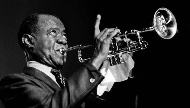 1935, Louis Armstrong tuvo que dejar de tocar durante un año por una rotura en el delicado músculo orbicular de la boca.