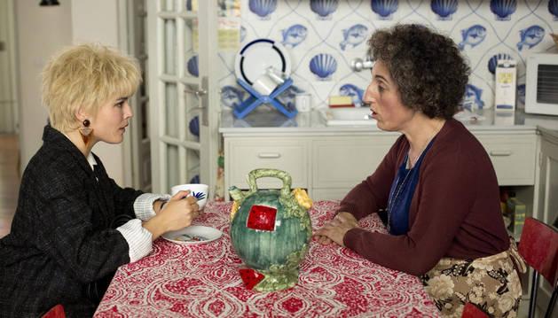 Adriana Ugarte (i) y Rossy de Palma en una de las escenas de 'Julieta'.