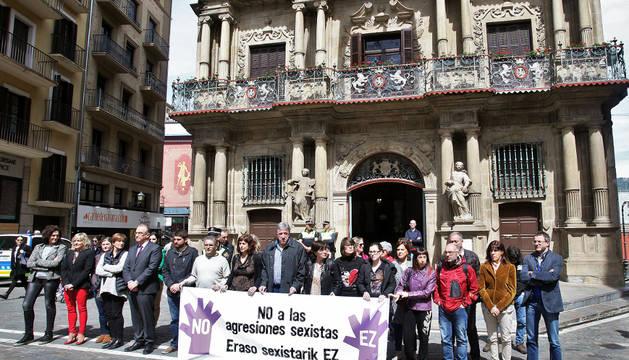 Repulsa contra la agresión sexual frente al Ayuntamiento de Pamplona.