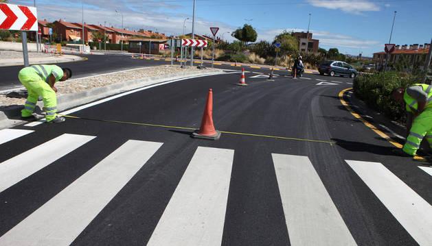 Operarios de la empresa Arian ultiman el pintado de la señalización viaria en la carretera de Corella.