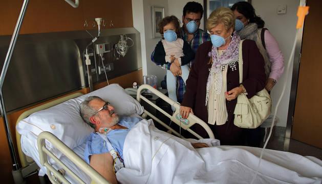 En una habitación de la CUN, Juan Ramón Marín Aguirre recibe la visita de su hermana, Amalia; su hijo, Asier, su nieta pequeña, Carla; y su nuera, Laura Martínez Valenzuela.