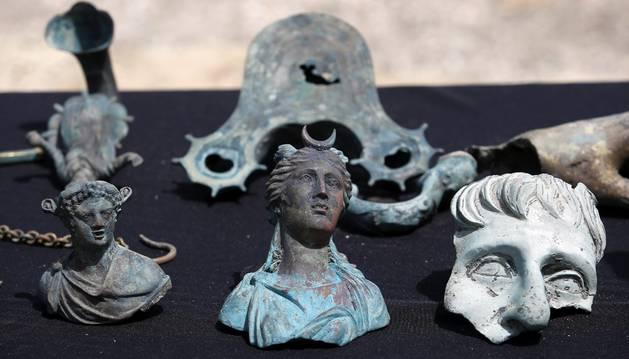 Varios de de los objetos hallados en un pecio junto al puerto antiguo de Cesárea.