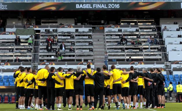 Los jugadores del Sevilla, en el último entrenamiento en Basilea.