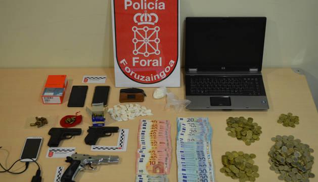 Droga, dinero y armas incautadas.