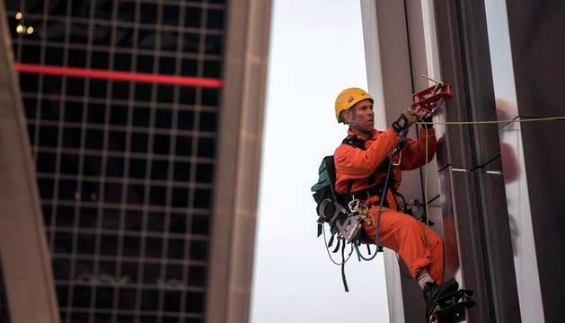 Greenpeace se encarama a una de las torres KIO en Madrid en contra del TTIP