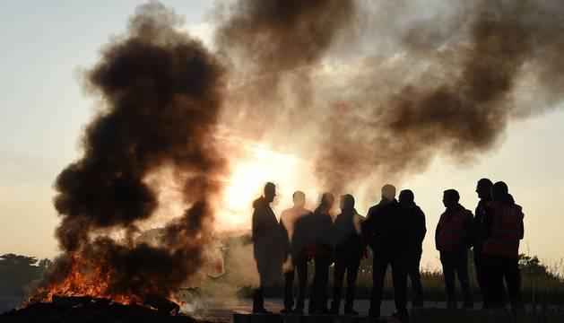 Manifestantes a la entrada de la refinería de Donges.