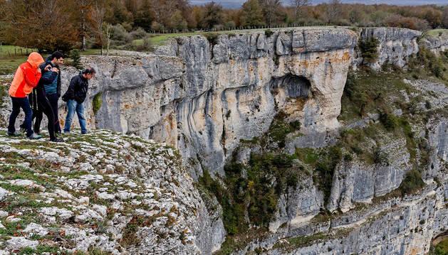 Un grupo de visitantes se asoma al 'Balcón de Pilatos', en la Sierra de Urbasa.