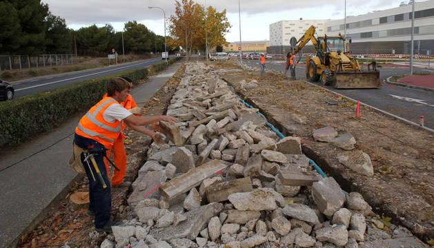 Operarios de Arian trabajan en la construcción de la rotonda frente al campus de la UPNA.