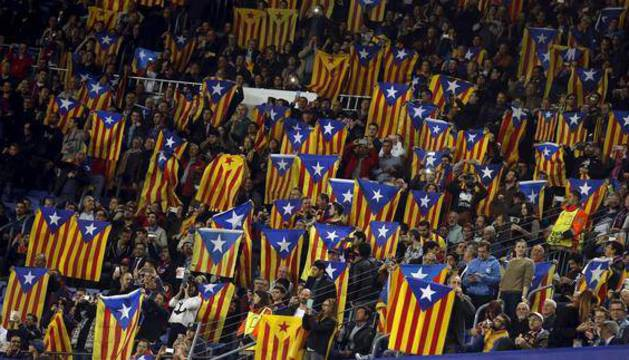 Banderas esteladas durante un partido en el Camp Nou.