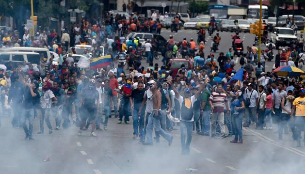 Manifestantes protestan en la ciudad de Caracas.