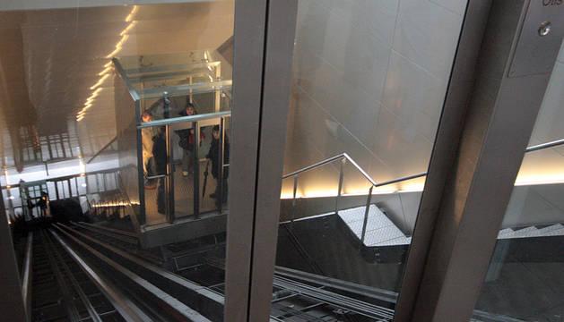 Varias personas, en uno de los ascensores de Descalzos.