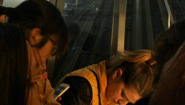 Imagen tomada por una de las atrapadas en el interior del ascensor.