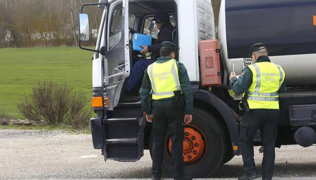 Agentes de la Guardia Civil de Navarra realizan un control