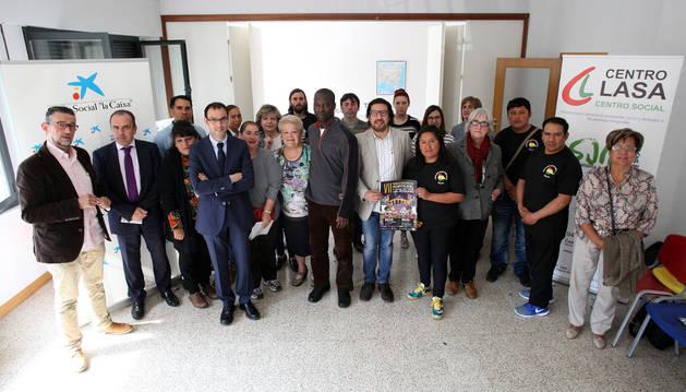 Representantes de colectivos, asociaciones, patrocinadores y voluntarios del Centro Lasa que asistieron ayer a la presentación de la Jornada Intercultural.