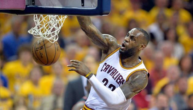 LeBron James machaca el aro rival.