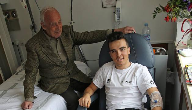 Saúl Iraizoz, ayer, junto a su abuelo Pedro María Iraizoz, en el CHN.
