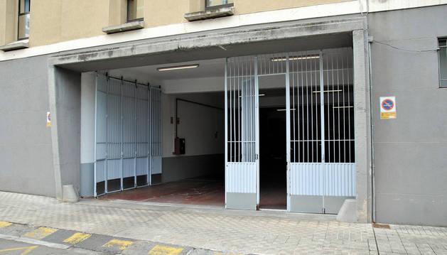 Vista de la puerta de acceso al parque móvil de Policía Municipal en Pamplona.