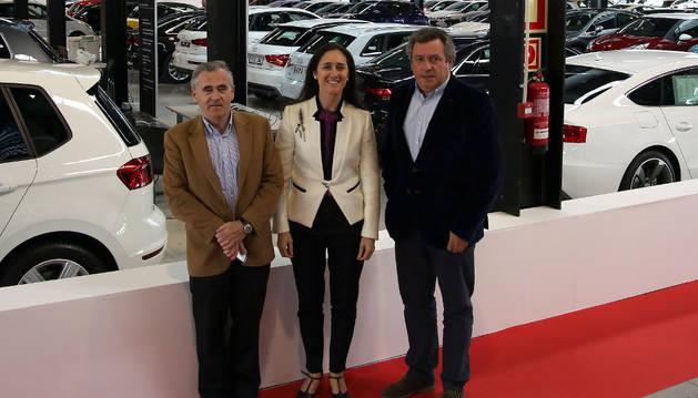 Patxi Esparza, Carla García-Tapia y Carlos Sagüés en la exposición de Refena.