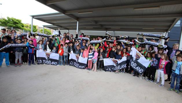 Alumnos y familiares posaron juntos a la salida del colegio Huertas Mayores con banderas y bufandas para apoyar al Tudelano