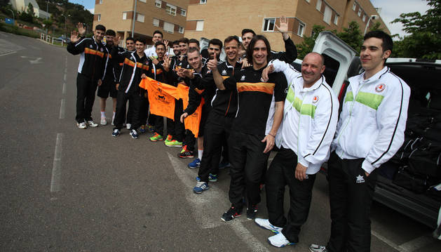 Los jugadores del Aspil-Vidal posan con unas camisetas firmadas antes de iniciar el viaje a Palma de Mallorca.