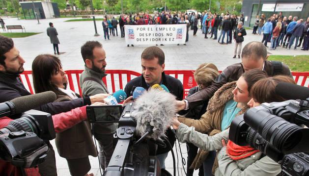 Josi Álvarez, presidente del comité de TRW, habla con los medios durante la concentración.