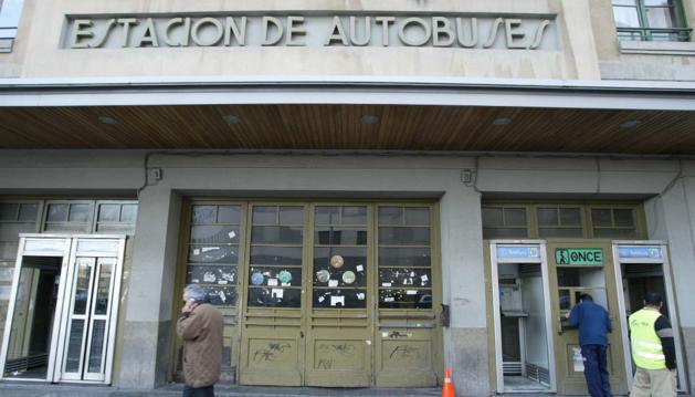 Puerta principal de la antigua estación de autobuses de Pamplona.